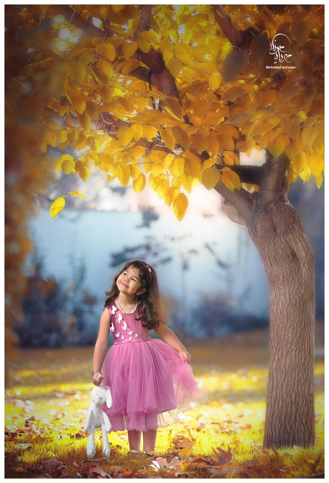 ژست عکس پاییزی کودکانه/آتلیه مهرداد میرزایی/ ژست عکس کودک در طبیعت/ عکاسی در فضای باز/